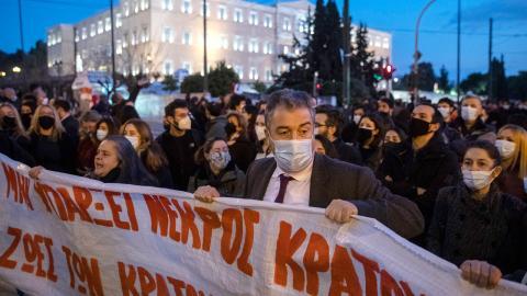 Demonstration till stöd för Dmitris Koufodinas utanför det grekiska parlamentet i centrala Aten.  Bild: Petros Giannakouris/AP