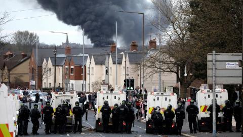 Under onsdagen drabbade lojalister och nationalister samman i västra Belfast. Bild: Peter Morrison/TT/AP