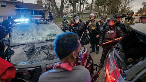 I Brooklyn Center, Minnesota, utbröt i helgen stora demonstrationer efter att en ung man dödats i samband med ett polisingripande. Bild: Christian Monterrosa/AP