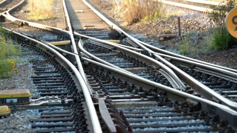 Det svenska järnvägsnätet är i behov av att byggas ut. Nya stambanor är också en viktig pusselbit i bygget av ett hållbart Sverige, skriver debattörerna. Bild: Fredrik Sandberg/TT