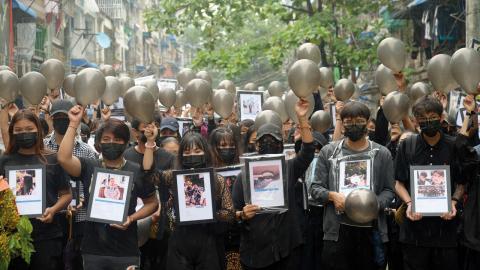Militärens kupp var mycket dåligt förberedd och generalerna underskattade det folkliga motståndet. På bilden håller demonstranter upp bilder på de som dödats under protesterna.  Bild: AP/TT