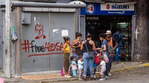 """""""Fallet Alex Saab rymmer många underligheter. Men några spontana utbrott av solidaritet handlar det inte om. Såväl väggmålningarna som konserten, tröjorna som matpåsarna var bekostade av den venezuelanska regeringen."""" Bild: Jimmy Villalta/TT"""