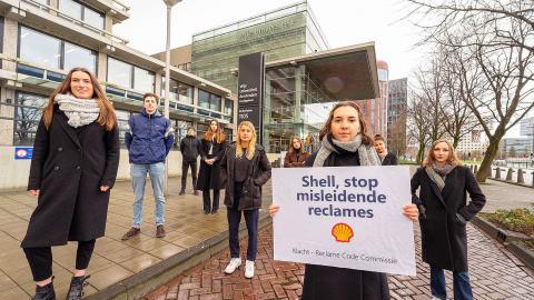 En grupp internationella juriststudenter på VU University Amsterdam har anmält företaget Shell för felaktig marknadsföring. Bild: Greenpeace