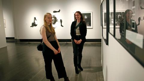 Systrarna Maja och Agnes Wiberg var två av rätt få som tog sig till Konstmuseets första återöppningsdag. Bild: Christian Egefur