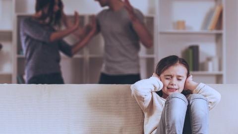 """""""Vårdnadstvister handlar ofta om våld mot kvinnor och barn. Kravet på föräldrarnas """"förmåga att samarbeta"""" kan därmed i flera fall vara farligt då det tvingar kvinnor att antingen gå tillbaka, eller lämna sina barn, till förövaren"""", skriver debattörerna.  Shutterstock"""