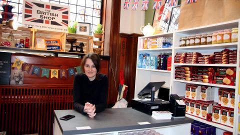 """The British shop har gjort allt rätt, tycker Rosie McClune, men ändå håller byråkratin på att ta knäcken på den lilla butiken. """"Allt vi vill är att sälja lite choklad, men ingen verkar vilja hjälpa till att göra saker bättre. Bild: Patrik Andersson"""