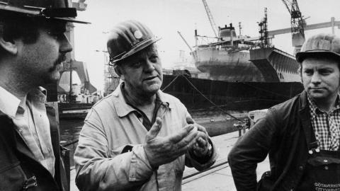Arendalsvarvet i Göteborg, 1979. Krisen om att behålla jobben diskuteras av varvsarbetare. De svenska varven var i kris från slutet av 1960-talet tills de att de i princip dog ut. Arendalsvarvet las ned 1989. Foto: TT/Scanpix.