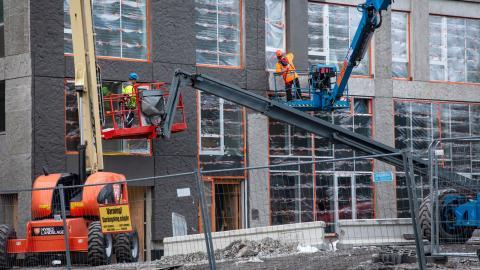 """""""Ett ökat utbud av nya hyresrätter med fri hyressättning kommer bidra till att fler överkomliga lägenheter blir tillgängliga"""", skriver debattören. Bild: Helena Landstedt/TT"""