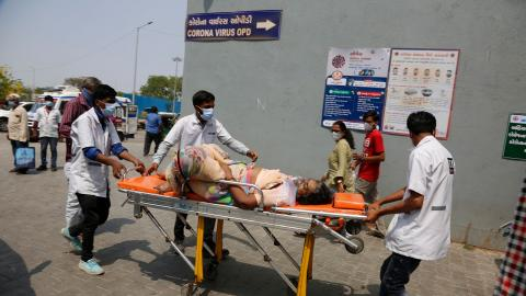 Covid-situationen i Indien är akut, men regeringen vill inte ha kritik. Och Twitter hörsammar.  Bild: Ajit Solanki/AP