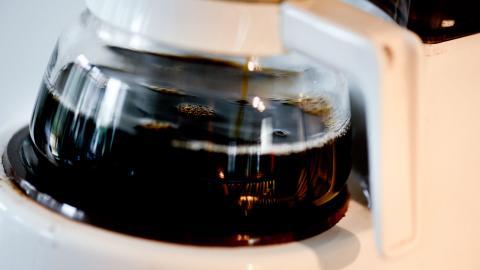 Kaffe över? Följ de här tipsen istället för att hälla det i vasken. Bild: Pontus Lundahl/TT