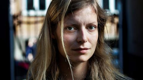 """I romanen """"Pengar på fickan"""" skriver Asta Olivia Nordenhof både lekfullt och knivskarpt om vad som sker när pengar sätts före människoliv.  Bild: Alexander Buk-Swienty"""