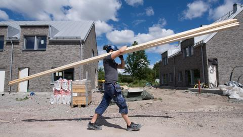 """""""Ökad hållbarhet i bostadsbyggandet möjliggör längre avskrivningstider, vilket sänker hyran på en trerumslägenhet med 2 000-3 000 kronor per månad"""", skriver debattörerna.  Bild: Fredrik Sandberg/TT"""