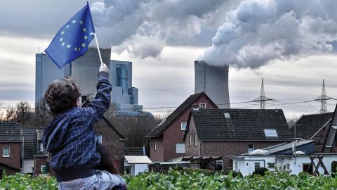 Debattörerna skriver att Sverige bör verka för att inga EU-medel slussas till aktiviteter som ökar koldioxidutsläppen. Bild: Martin Meissner/AP och Francisco Seco/AP