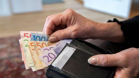 Personer som arbetar inom slitsamma yrken riskerar att få en låg pension. För att undvika detta borde Sverige införa en Arne-pension, tycker debattörerna. Bild: Henrik Montgomery/TT