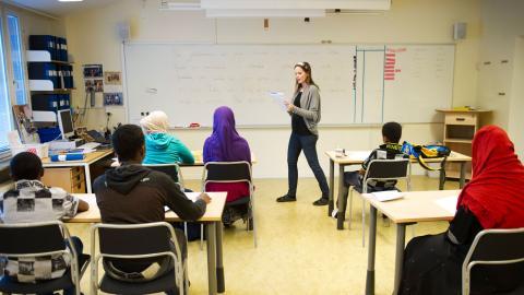 Nyanlända flyktingbarn undervisas på interkulturella enheten i Katrineholm av läraren Linda Lindholm. Arkivbild. Bild: Fredrik Sandberg/TT