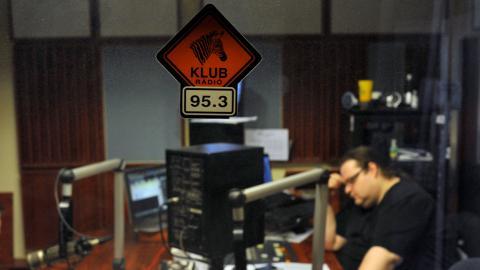 Den ungerska regimen berövade Klubrádío på deras frekvens. Nu fortsätter radiokanalen på nätet. Bild: Bela Szandelszky/AP/TT