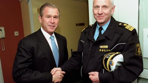 George W Bush tackade personligen av insatschef Håkan Jaldung innan han lämnade Göteborg. Bild: Eric Draper/TT
