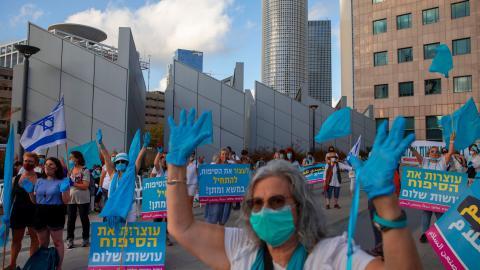 """Rörelsen """"Women Wage Peace"""", som förenar judar, araber och andra kvinnor i Israel, höll en protest i Tel Aviv förra sommaren mot Israels planerade annektering av Jordandalen, en femtedel av Västbanken. Foto: AP Photo/Oded Balilty/TT"""
