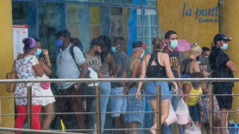 Kö till banken 11 juni  –  tio dagar innan kubanska banker slutade acceptera dollar. Bild: Ramon Espinosa/TT/AP