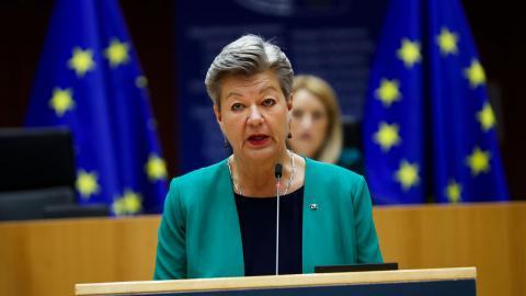 Istället för att säkra en human och rättssäker asylprocess har Ylva Johansson (S) lagt sig platt för de högerextrema partierna i EU, menar debattörerna.  Bild: Francisco Seco/AP/TT´