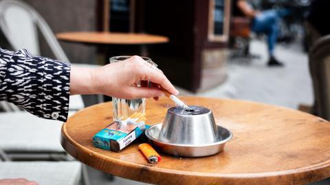 """""""Varje ung generation är i riskzonen, och exploateringen av både människor och miljö kommer att fortgå – om inte tobaksindustrin stoppas"""", skriver debattörerna. Bild: Magnus Andersson/TT"""