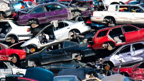 Det finns ännu ingen övergripande plan för hur vi ska handskas med pensionerade fossilbilar. Bild: Shutterstock