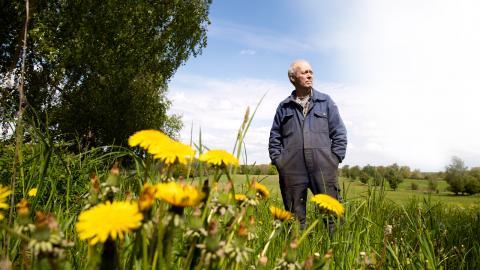 Christer Nilsson är lantbrukare i Skånekommunen Hörby. I Hörby är det tätt mellan de slamgödslade åkrarna, och Christer oroar sig över att miljö- och hälsoskadliga ämnen läcker ut och anrikas i miljön.  Bild: Emil Malmborg