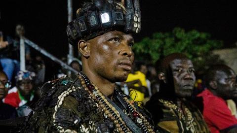 En mycket gammal jägarstyrka, kallad Dozos, har dragits in i striderna mot jihadister i Burkina Faso.  Foto: AP photo/Sophie Garcia/TT