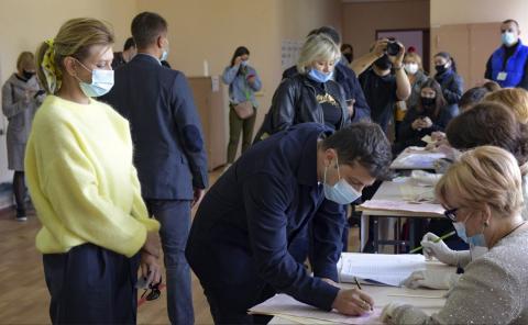 Åtta ledamöter har stängts av efter att de har åkt på falska observationsresor i anslutning till folkomröstningar i bland annat Ukraina. På bilden röstar Ukrianas president Volodymyr Zelenskiy i valet 25 oktober 2020.  Bild: AP/TT