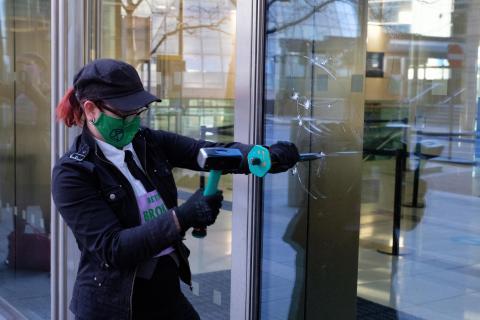 Under våren har XR i Storbritannien börjat förstöra bankers fönster med hjälp av små hammare. Bild: Joao Daniel Pereira