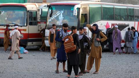 Människor på väg bort från Afghanistan, där säkerhetsläget försämrats. Bild: TT/AP/Rahmat Gul