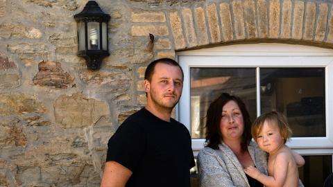 """Joe Williamson och Becky Draper med sin yngsta son. """"Husen omkring oss är alla semesterbostäder. Vi gissar att efter att vi har vräkts kommer vårt hus att säljas för samma ändamål"""", säger Becky Draper.  Bild: Maria Lundin Osvalds"""
