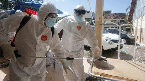 Vårdpersonal i Indonesien kämpar med att hantera coronasmittan. Bild: TT/AP