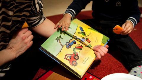 """""""Regeringen har de senaste åren varit tydlig med att det är kommunernas ansvar att ge stöd till barn till frihetsberövade. Ändå kvarstår fakta att 8 av 10 kommuner inte ger något riktat stöd alls,"""" skriver debattörerna. Bild: Victor Lundberg/TT"""