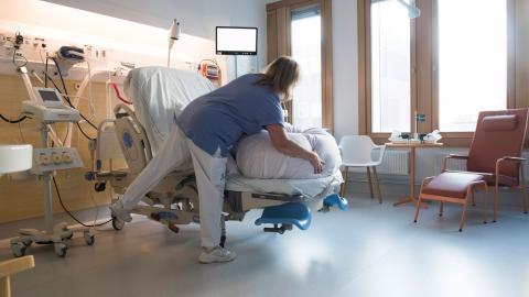 """""""Att underfinansiera sjukvården samtidigt som vi har en vårdskuld och en covid-19-pandemi som pågår är att ge vården mycket dåliga förutsättningarna att genomföra sina uppdrag"""", skriver debattören. Bild: Fredrik Sandberg/TT"""