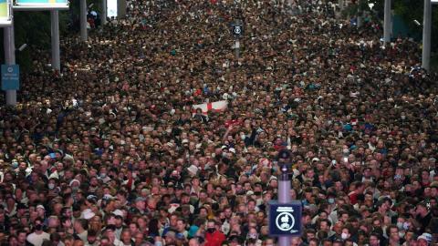 Engelska fans trängs utanför Wembley, där England igår slog Danmark i herrarnas fotbolls-EM. Bild: TT/AP/Matt Dunham