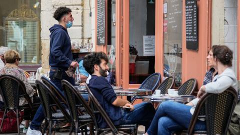 Kraven för att gå ut och umgås i Frankrike blir hårda framöver, var president Emmanuel Macrons budskap i måndags. BILD: Michel Euler/TT/AP