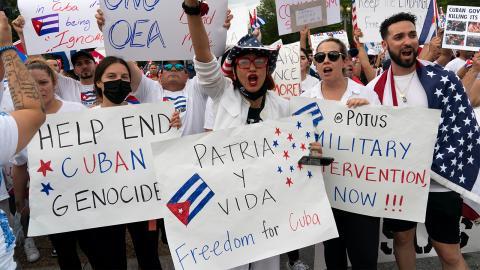 Demonstrationer i soldaritet för det kubanska folket, utanför Vita huset i Washington.  Bild: Jose Luis Magana/TT