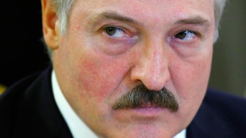 Biståndsstoppet är en direkt konsekvens av de sanktioner både EU och Sverige infört mot den belarusiska staten, till följd av president Aleksandr Lukasjenkos intensifierade förtryck under det senaste året Bild: Alexander Zemlianichenko/AP/TT