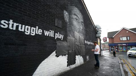 En väggmålning av spelaren Marcus Rashford vandaliserades. Bild: TT/AP/Peter Byrne