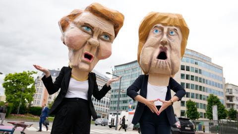 """En protest mot Energy Charter Treaty tidigare i juli utanför Europeiska rådets byggnad i Bryssel. Avtalet ger företag rätt att stämma stater för """"förlorade vinster"""".  Foto: Virginia Mayo/AP/TT"""