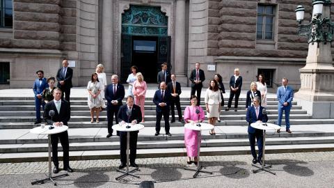 Stefan Löfven med den nygamla regeringen. Bild: Ali Lorestani/TT
