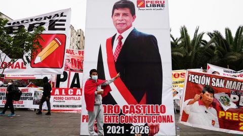 Huvudstaden Lima har sett nästan dagliga demonstrationer av högeranhängare respektive de som röstade på vänsterns Pedro Castillo – som av allt att döma vann presidentvalet. Bild: Martin Mejia/AP/TT