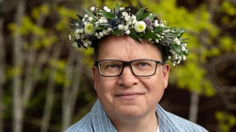 """""""Polisens traditionella dna-tester är jättebra, men du måste ha personen och kunna topsa honom eller henne. Med släktforskning behöver man inte ens ha personen, det är det som är grejen"""", säger """"Sommar i P1""""-aktuella Peter Sjölund. Bild: Press/Sveriges Radio"""