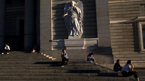 Människor sitter utanför det spanska kungahuset. I maj 2020 började landet öppna upp efter en lockdown sedan mitten på mars. Bild: Manu Fernandez/AP/TT