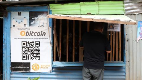 En kund handlar på en liten affär i Tamanique, El Salvador, som godtar bitcoin som betalningsmedel. Från och med september blir landet först i världen med att ha kryptovalutan som officiellt betalningsmedel. Bild: Salvador Melendez/AP/TT