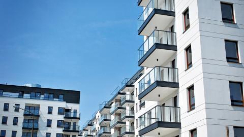Med rörlighet på hyresmarknaden åsyftas i praktiken, att det är låg- och mellaninkomsttagare som bor i städernas mer centrala delar som ska flytta på sig, skriver debattören. Bild: Shutterstock