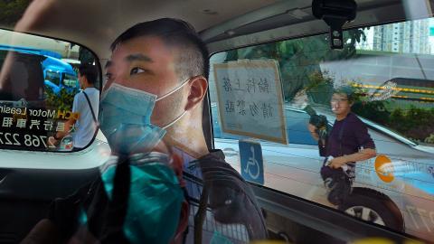 Tong Yin-kit när han anlände till domstolen i polisbil för ungefär ett år sedan.  Bild: Vincent Yu/TT