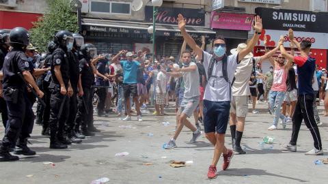 Sommarens demonstrationer i Tunisien används nu av presidenten Kais Saied som argument för att avsätta regeringen. Bild: Hassene Dridi/TT