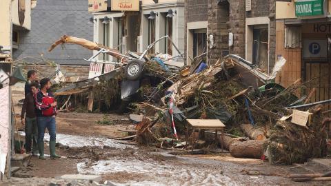 Många byggnader är totalförstörda, som i staden Altenahr i Tyskland.  Bild: Thomas Frey/TT